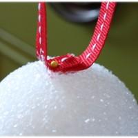 Addobbare l'albero di Natale - Palline colorate prima fase
