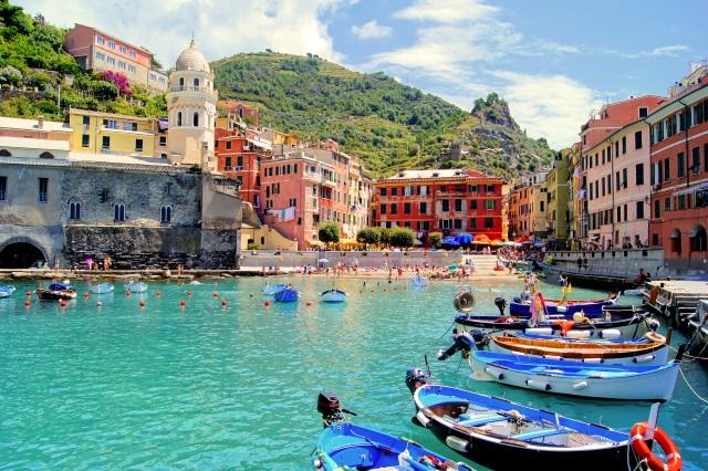 Barche ormeggiate nel borgo di Vernazza